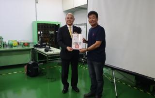 長榮海運張衍義董事長(左)接受義盛國小陳校長致贈感謝狀