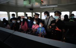 大、小船長與其他小朋友一起體驗模擬駕駛艙